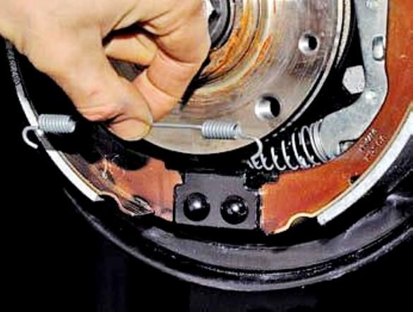 Замена задних тормозных колодок форд фокус 1 своими руками